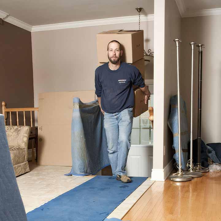 Déménageur lors d'un déménagement résidentiel